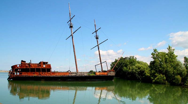La Grande Hermine – The Rusting Shipwreck Becomes Niagara's Distinctive Landmark